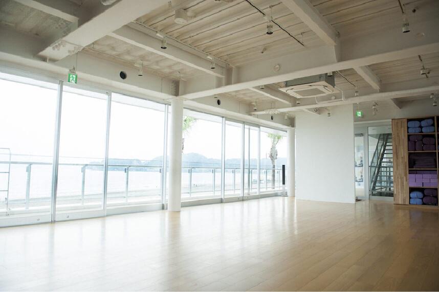 材木座テラスのヨガスタジオ風景
