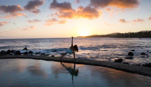 海で朝ヨガをしている人