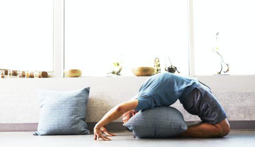 yogaをする男性